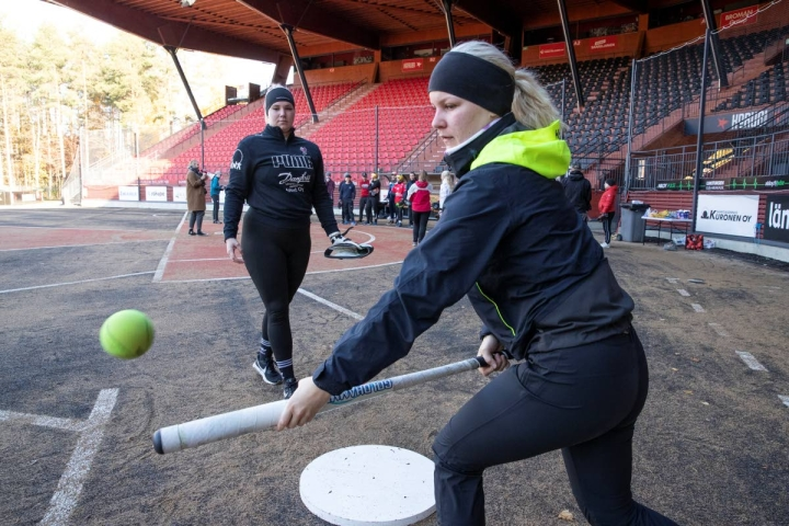 Sara Räsänen (vas.) ja Essi Näätänen lämmittelivät ennen vakavan sarjan alkua.