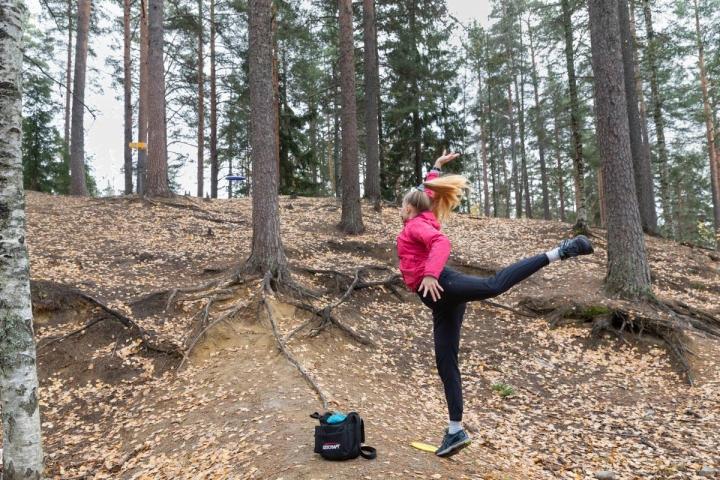 Joensuulainen Elisa Hyttinen, 25, aloitti frisbeegolfin tänä kesänä. Vielä hole in oneja ei ole napsunut, mutta edellisellä kierroksella se oli Karsikon 9-väylällä jo lähellä, hän kertoo.