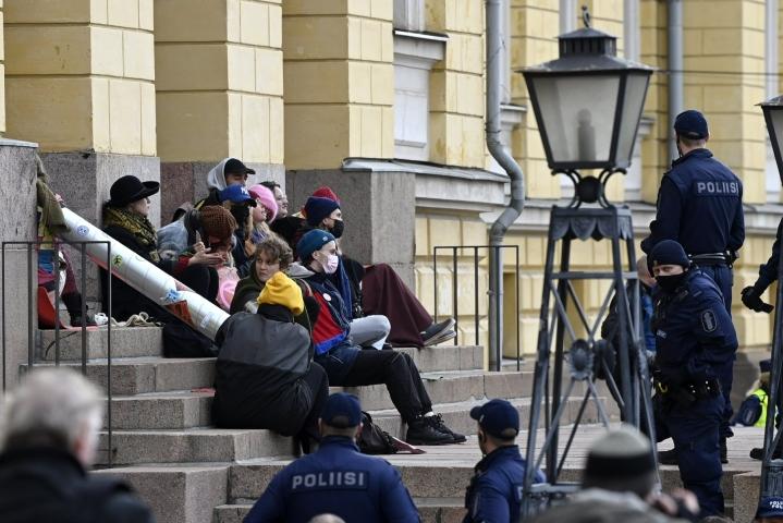 Ympäristöliike Elokapina lukittautui Valtioneuvoston linnan edustalle perjantaina. LEHTIKUVA / ANTTI AIMO-KOIVISTO