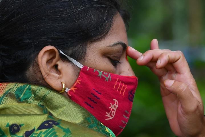 Intiassa valtaosa ihmisistä solmii avioliiton samaa uskontoa ja kastia edustavan kanssa. Hindunainen osallistui naimisissa olevien naisten juhlaan Mumbaissa kesäkuussa. LEHTIKUVA / AFP