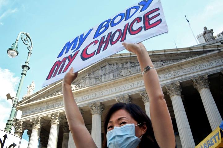 Texasin uuden lain mukaan abortti on mahdollinen vain hyvin rajatusti kuudennen raskausviikon jälkeen. Liittovaltion tuomari on estänyt lain väliaikaisesti.
