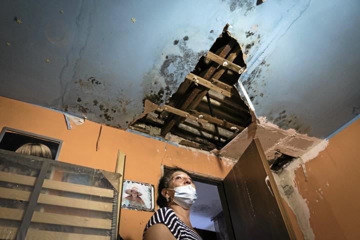 Beatrice Surace, 54, on asunut Giostran slummissa 35 vuotta. Häntä alkaa itkettää esitellessään kotinsa kattoa, joka on täysin homeen ja kosteuden tuhoama.
