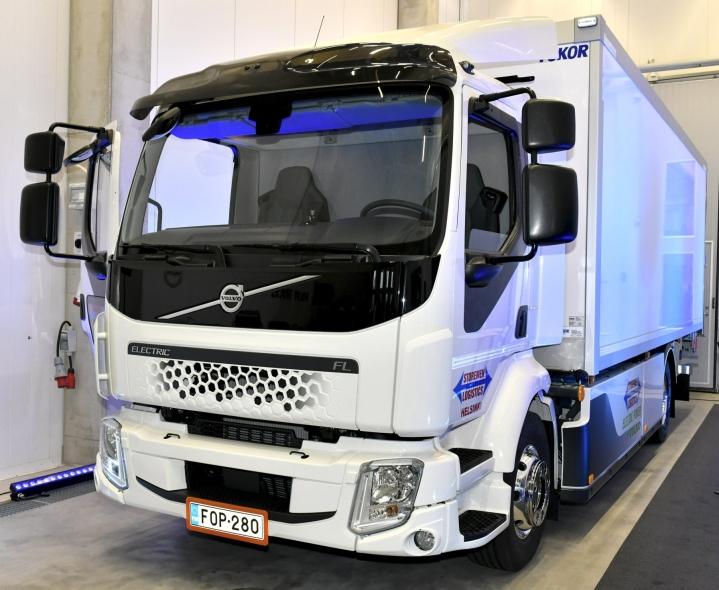Suomen ensimmäinen sähkökuorma-auto luovutettiin tilaajalle elokuussa. Nyt julkistettu uusi sähkökuorma-autotilaus on Volvon mukaan yhtiön suurin. LEHTIKUVA / HEIKKI SAUKKOMAA
