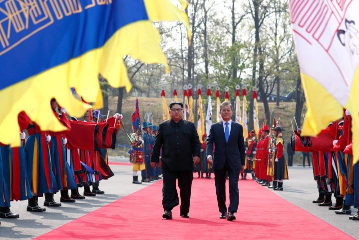 Pohjois-Korean johtaja Kim Jong-un  (vas.)ja Etelä-Korean presidenttin Moon Jae-in huhtikuussa 2018. LEHTIKUVA / AFP
