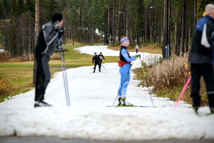 Levin hiihtokeskuksessa Kittilässä laskettelu- ja hiihtokausi alkoi perjantaina säiliölumen avulla. LEHTIKUVA / AKU HÄYRYNEN