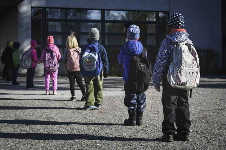 Opetusministeriön uusissa opetussektoria koskevissa suosituksissa aiempi kahden metrin turvavälisuositus poistuu. LEHTIKUVA / EMMI KORHONEN