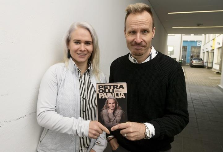 Painuransa lopettanut Petra Olli ja urheilijaelämäkerran hänestä kirjoittanut toimittaja Mikko Kekäläinen. Lehtikuva / Vesa Moilanen