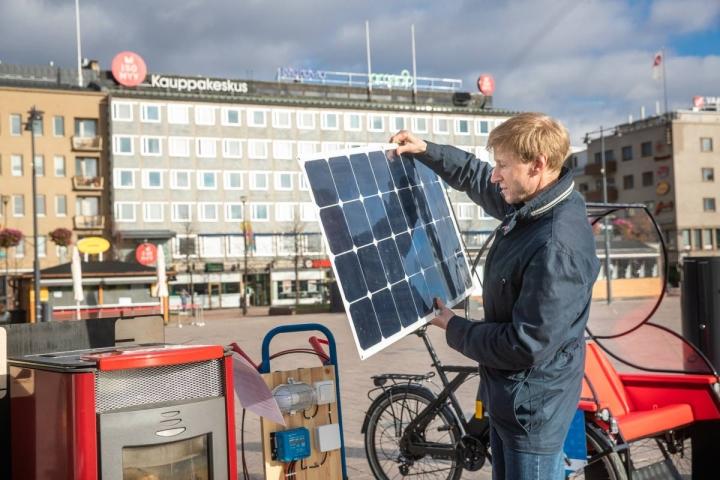 Energianeuvoja Anssi Kokkonen sanoo, että sen sijaan että odottelesi kehittyvästä teknologiasta ratkaisua sähkölaskunsa loppusumman pienentämiseen, kannattaa ennemminkin kiinnittää huomiota energiankulutuksensa karsimiseen.