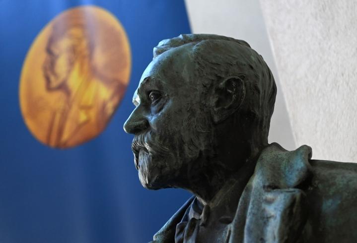 Huomenna Nobel-viikko jatkuu kemian palkintojen saajan julkistuksella. Kirjallisuuspalkinnon vuoro on torstaina, ja perjantaina Oslossa paljastetaan Nobelin rauhanpalkinnon saaja. LEHTIKUVA/AFP
