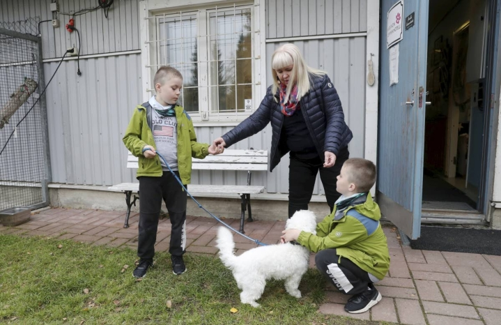 Maarit Soikkeli kävi hakemassa Armaksen päivähoidosta. Tällä kertaa mukana olivat Soikkelin lapsenlapset Kaapo ja Nuutti Rättyä.