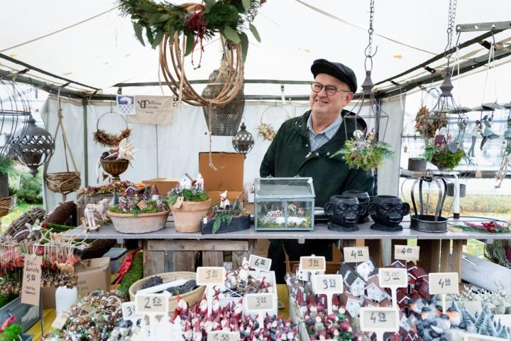 Peltosen puutarhan valikoimassa on jo joulutavaroita. Yrittäjä Juha Peltonen kertoi koriste-esineiden menevän eniten kaupaksi.