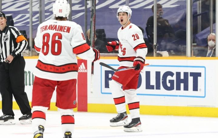 Carolinan Sebastian Aho (oik.) ja Teuvo Teräväinen juhlivat maalia NHL:n pudotuspeleissä toukokuussa. LEHTIKUVA / AFP