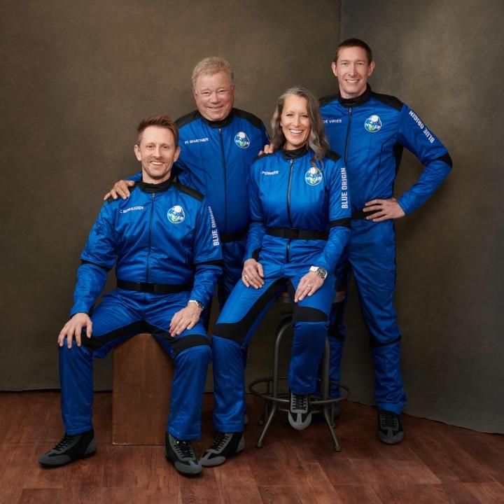 Lennon toteuttaa Jeff Bezosin avaruusturismiyhtiö Blue Origin. Kuvassa miehistö oikealta Glen de Vries, Audrey Powers, William Shatner ja Chris Boshuizen. LEHTIKUVA/AFP
