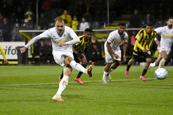 KuPSin Tim Väyrynen laukoo pilkulta KuPSin 0-1-voiton 22. syyskuuta ottelussa FC Honkaa vastaan. LEHTIKUVA / Emmi Korhonen