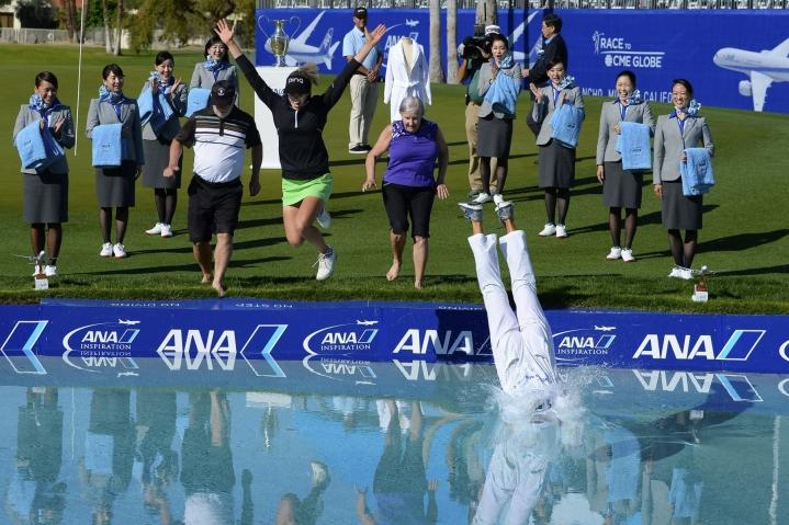 Ensi keväänä turnaus on vielä tutuissa maisemissa Rancho Miragessa, jossa voittajat ovat hypänneet Mission Hillsin kentän Poppien lampeen jopa perheineen. LEHTIKUVA / Getty Images / AFP /