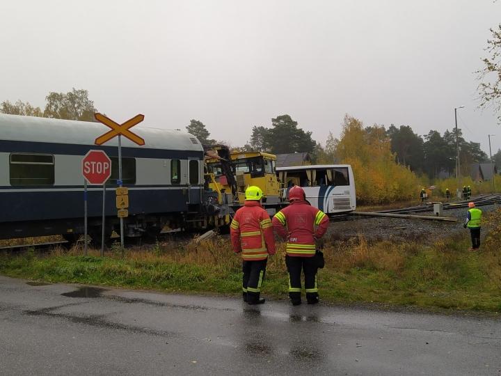 Onnettomuudessa ratatyökone törmäsi koululaisia kuljettaneeseen linja-autoon vartioimattomassa tasoristeyksessä eilen aamulla. LEHTIKUVA / Mats Ekman