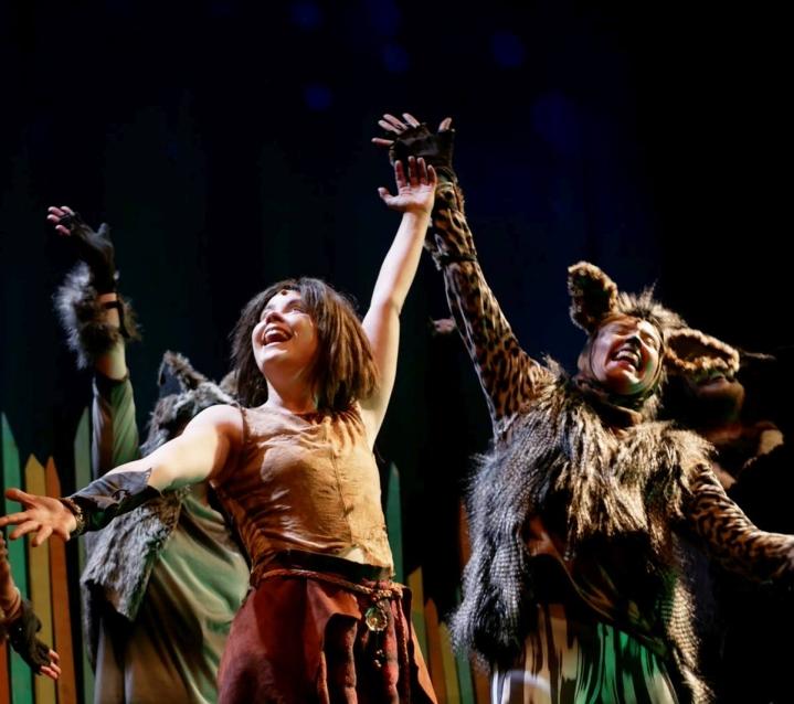 Ella Törmikoski (vas.) näyttelee Mowglia ja Sara Vainikka Tabaqui-sakaalia.