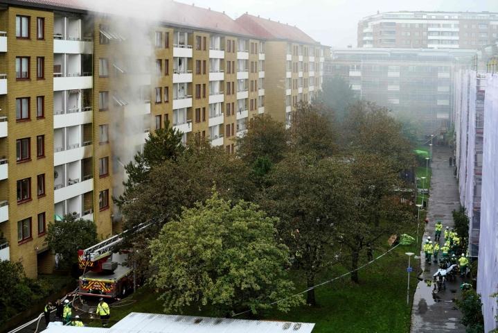 Tiistaina Ruotsin Göteborgissa räjähdyksessä vaurioituneen kerrostalon asukkaat joutuvat edelleen olemaan tilapäismajoituksessa. LEHTIKUVA/AFP