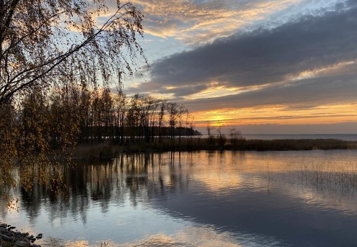Aurinko laskee Pyhäselän rannassa 6. lokakuuta.