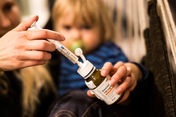 Lasten infektioita hoidetaan pääsääntöisesti oireenmukaisella hoidolla, eli levolla sekä kipu- ja kuumelääkkeillä. Antibioottihoitoon turvaudutaan vain esimerkiksi vaikeimmissa korvatulehdustapauksissa.