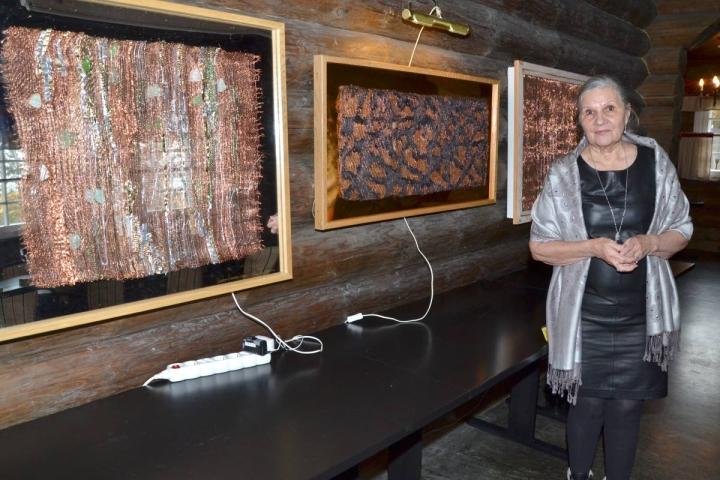 Seija Floderuksen töissä on kupariloimeen kudottu silkkiä, puuvilla- ja pellavalankoja sekä valokuitua ja merilasia.