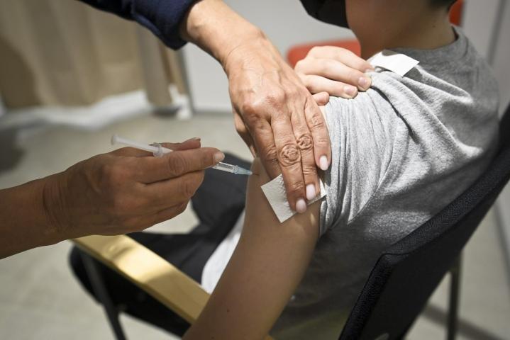 Ensimmäisen annoksen osalta rokotuskattavuus on 84,1 prosenttia 12 vuotta täyttäneistä. LEHTIKUVA / EMMI KORHONEN