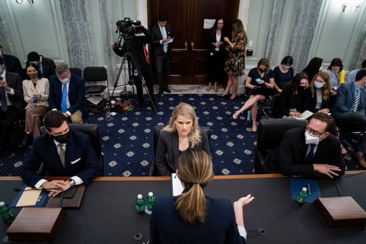 Entinen Facebookin työntekijä Frances Haugen (keskellä) puhui Yhdysvaltain senaatin valiokunnassa, joka käsittelee sosiaalisen median turvallisuutta. LEHTIKUVA / AFP