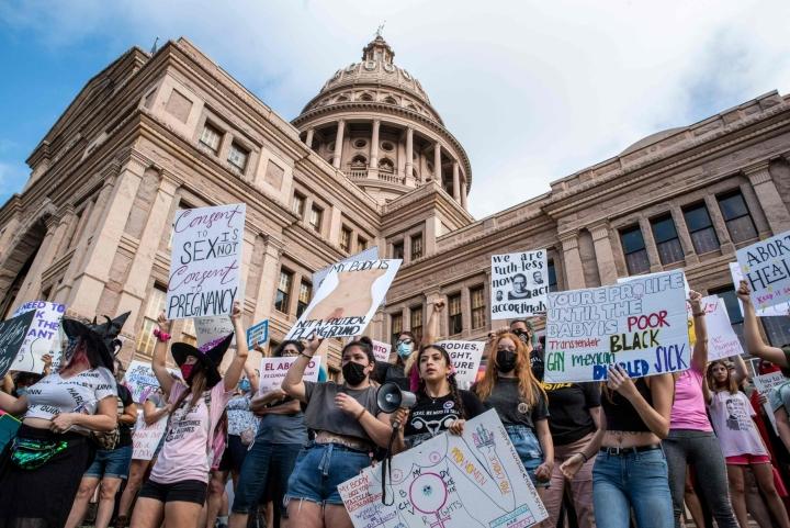 Texasin Austinissa osoitettiin mieltä aborttioikeuden rajoituksia vastaan viime lauantaina. LEHTIKUVA / AFP