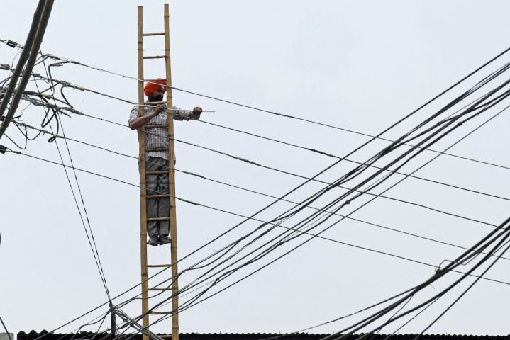 Sähkön kysyntä kasvaa väestön kasvaessa. Kuva Amritsarista. LEHTIKUVA/AFP