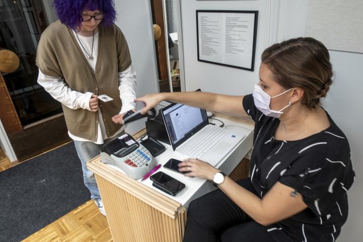 Useimpiin ajanvarauspalveluihin saa liitettyä kassapalvelut, kuten Timmassa. Parturi-kampaaja Laura Hirvonen on käyttänyt palvelua viime toukokuusta lähtien.