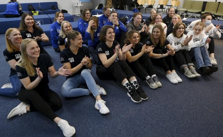 Urheilijat Suomen cheerleading-maajoukkueiden MM-lehdistötilaisuudessa Helsingissä perjantaina. Tilaisuudessa esitettiin materiaalia joukkueiden kilpasuorituksista. Lehtikuva / Markku Ulander