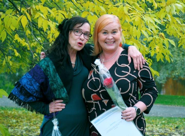 Tarja Muttonen ja Katja Hattunen saivat THL:n 25-vuotisansiomerkin vapaaehtoisesta sovittelutyöstään.