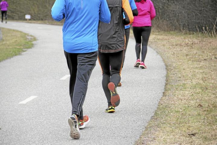 Aloittelijan kannattaa harjoitella hölkkäämistä tai juoksemista vähitellen.