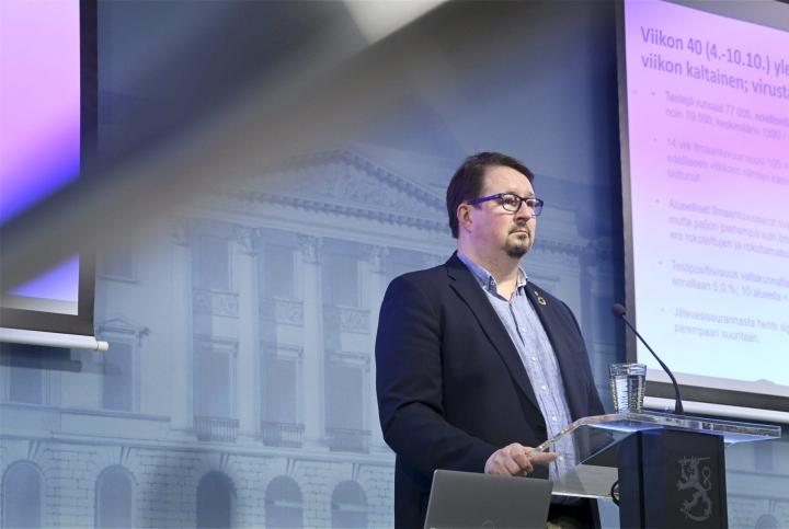 THL:n Mika Salmisen arvion mukaan koronavirus tulee kiertämään väestön keskuudessa pitkään. LEHTIKUVA / Markku Ulander
