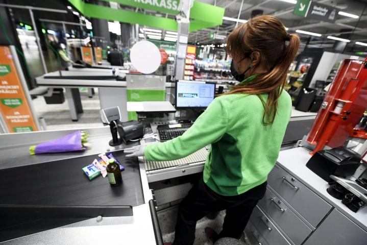 Epäsäännöllinen työaika on lisääntynyt, kun kaupat ovat muokanneet aukioloaikojaan kuluttajien uusien tottumusten myötä. LEHTIKUVA / Vesa Moilanen