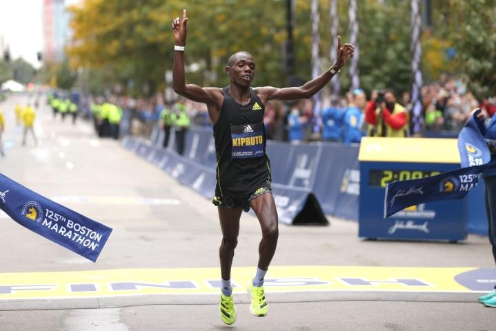 Benson Kipruto voitti maratonin ajalla 2.09.51. LEHTIKUVA/AFP