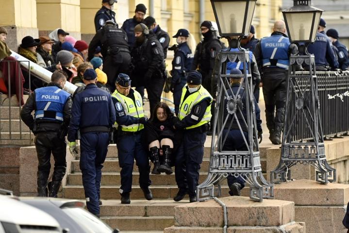 Poliisi siirsi Elokapinan mielenilmaisuun osallistuneita mielenosoittajia valtioneuvoston linnan edustalta viime perjantaina. LEHTIKUVA / ANTTI AIMO-KOIVISTO