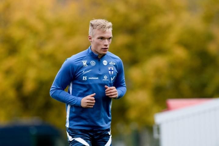 Suomen jalkapallomaajoukkueessa on ollut pulaa laitapelaajista. Esimerkiksi Ilmari Niskasta kokeiltiin wingbackinä, koska pelipaikalle ei löytynyt valmista miestä.