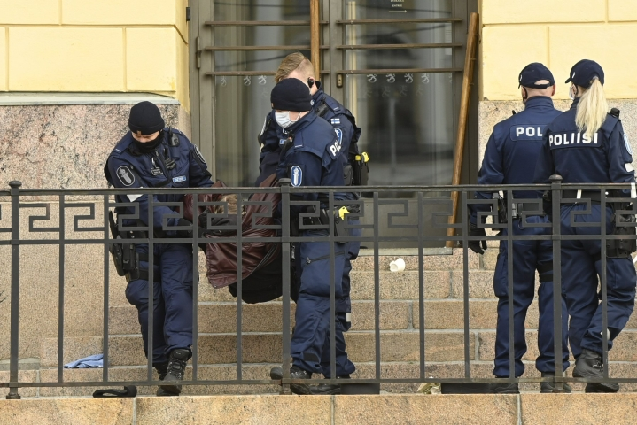 Poliisi antoi poistumiskäskyn ja aloitti mielenosoittajien kiinniotot ennen kello kahta iltapäivällä. LEHTIKUVA / ANTTI AIMO-KOIVISTO