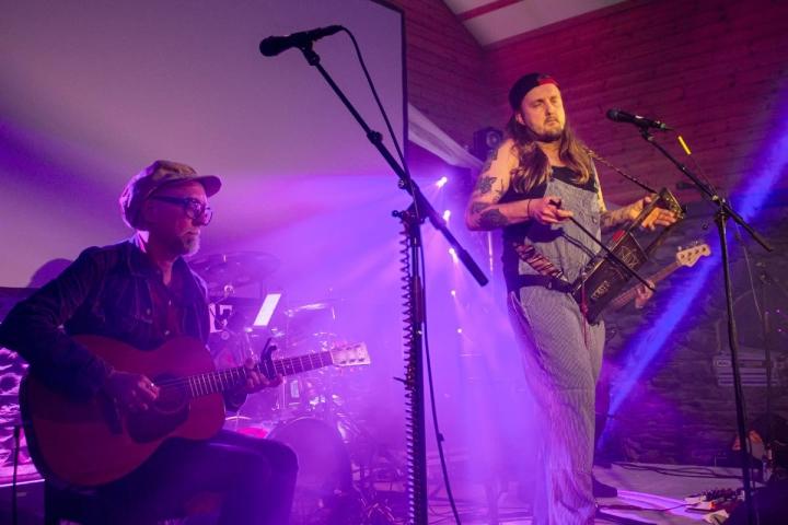 Kitaristi Tommi Laine (vas.), jouhikkotaiteilija Pekko Käppi, basisti Nuutti Vapaavuori ja rumpali Gilbert Kuppusami esittivät mukaansatempaavan keikan.