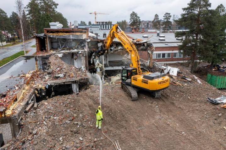 Kaivinkone napsii paloja irti Riverian entisestä rakennuksesta Otsolassa.