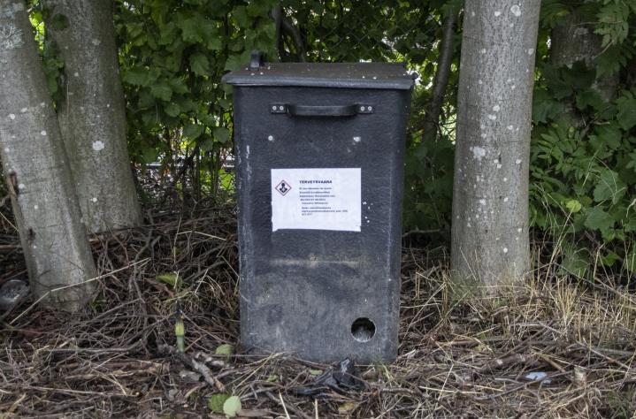 Joensuun hautausmaan rottaongelma saatiin kuriin myrkkysyöteillä, joita oli kolmessa suuressa laatikossa.