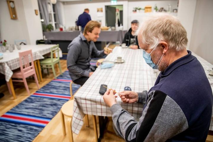 Hammaslahden kyläyhdistyksen hallituksen jäsen Hannu Holopainen tutkii valokuitukaapelia.