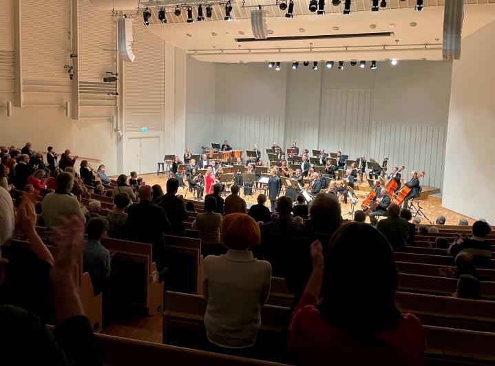 Viulisti Elina Vähälän Šostakovitš-tulkinta sai yleisön osoittamaan suosiota seisaaltaan.