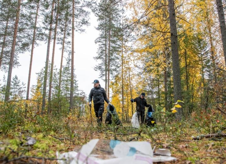 Greenfox Oy:n työntekijät Jarmo Kekkonen (vas.) ja Antti Ikonen keräsivät roskia Lehmon S-marketin takana olevasta metsästä. Roskia oli metsässä paljon.