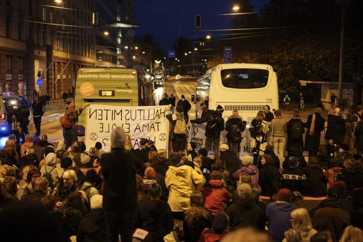 Ympäristöliike Elokapinan mielenosoitus katkaisi Pitkänsillan Helsingissä 6. lokakuuta. LEHTIKUVA / Seppo Samuli