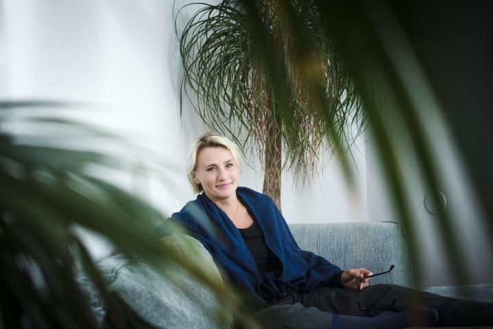 Arkkitehti Helena Sandmanilla, 49, on liikkuva työ. Milloin hän on Itävallassa luennoimassa, milloin Tansaniassa suunnittelemassa synnytyslaitosta, milloin työhuoneellaan Helsingin Töölössä.