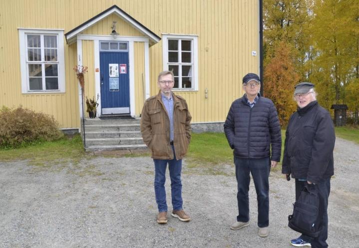 Jukka Sorjonen, vas., Pertti Jaakonaho ja Matti Kallio kuvattuina yhdessä Pogostan kulttuuripolun etapissa Katri Vala kulttuurikeskuksen pihalla.