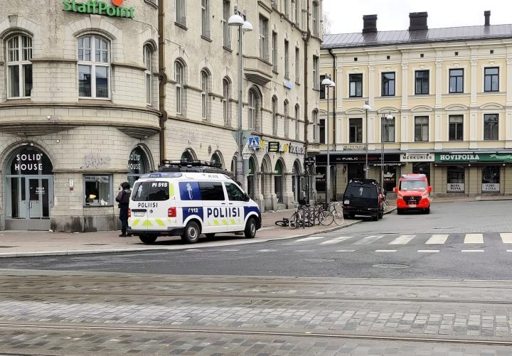 Poliisiautoja nähtiin Tampereen keskustorilla. LEHTIKUVA / ILKKA HEMMILÄ