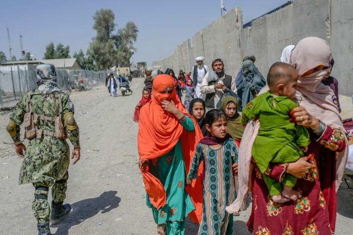 EU:n miljardin euron tukipaketti pyrkii auttamaan sekä Afganistanissa olevia että Taleban-hallintoa naapurimaihin paenneita. LEHTIKUVA / AFP